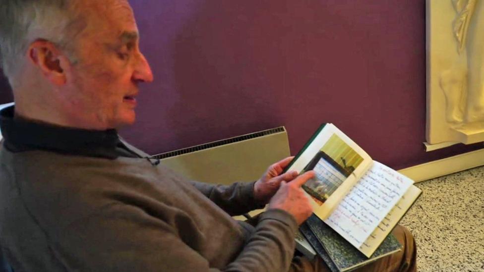 Yves de Locht lee los apuntes que lleva de sus pacientes