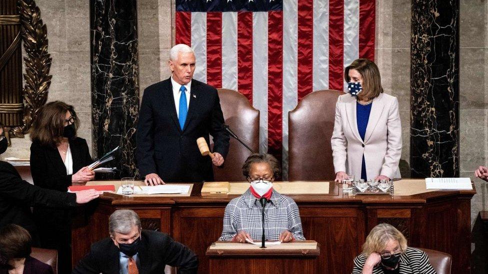 El vicepresidente Mike Pence y la presidenta de la Cámara de Representantes Nancy Pelosi.