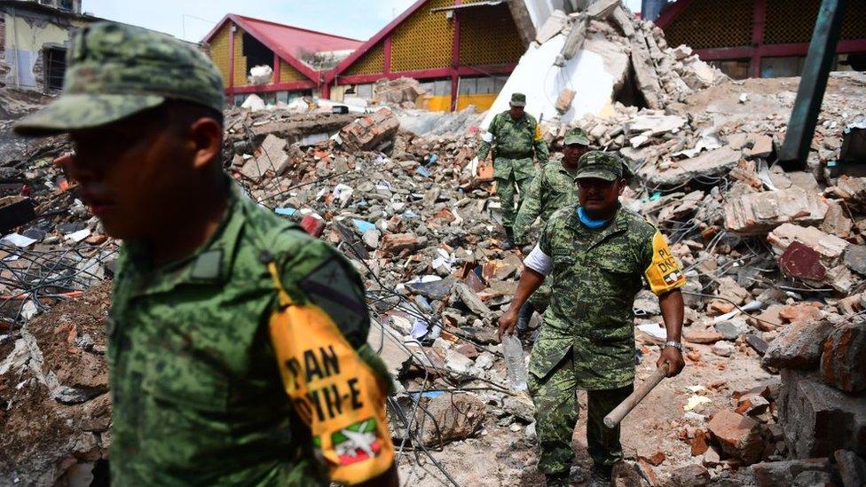 Militares entre escombros