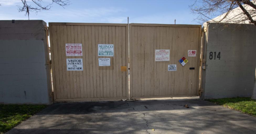 La fachada de la instalación de extracción petrolera de AllenCo en el vecindario donde creció Nalleli Cobo en el sur de Los Ángeles.