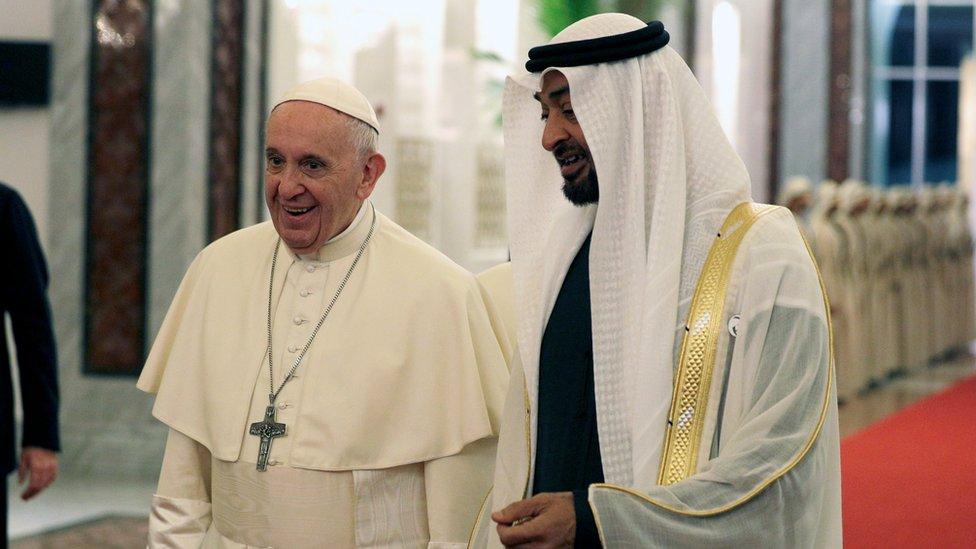 محمد بن زايد في استقبال البابا