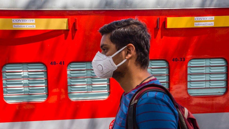 muškarac nosi masku