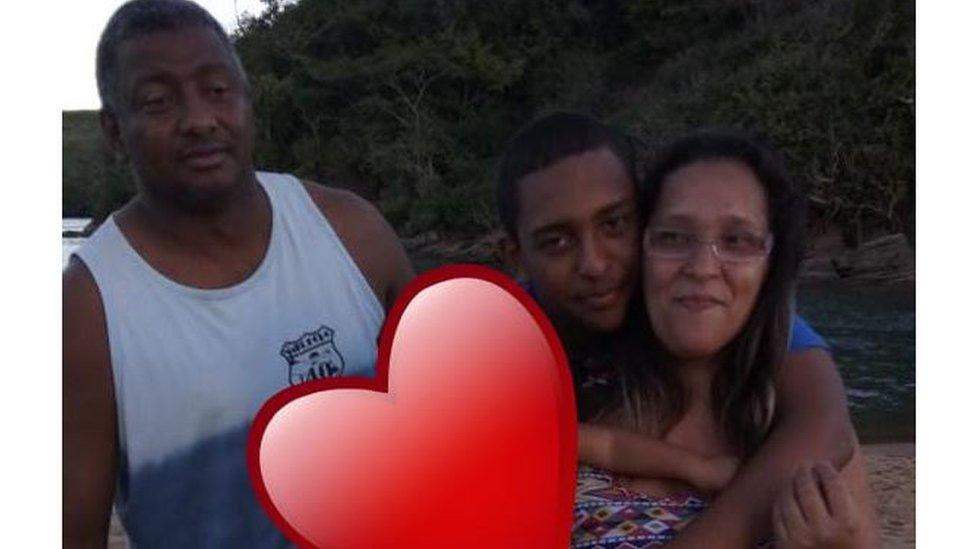 Mateus posa para foto com a mãe e o pai