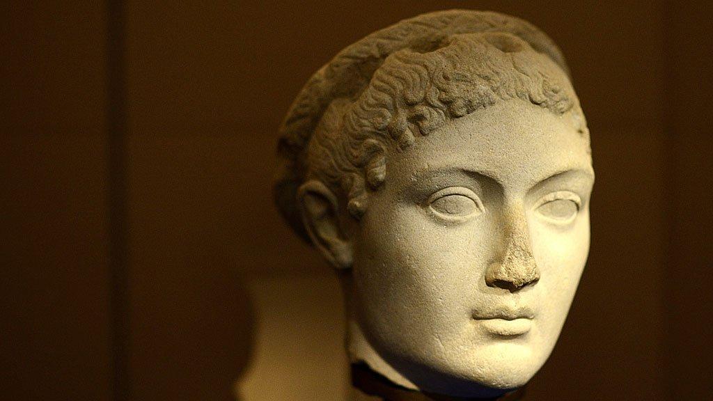La cabeza de una estatua que representa a Cleopatra (69 a. C.-30 a. C.), el último faraón activo del Antiguo Egipto