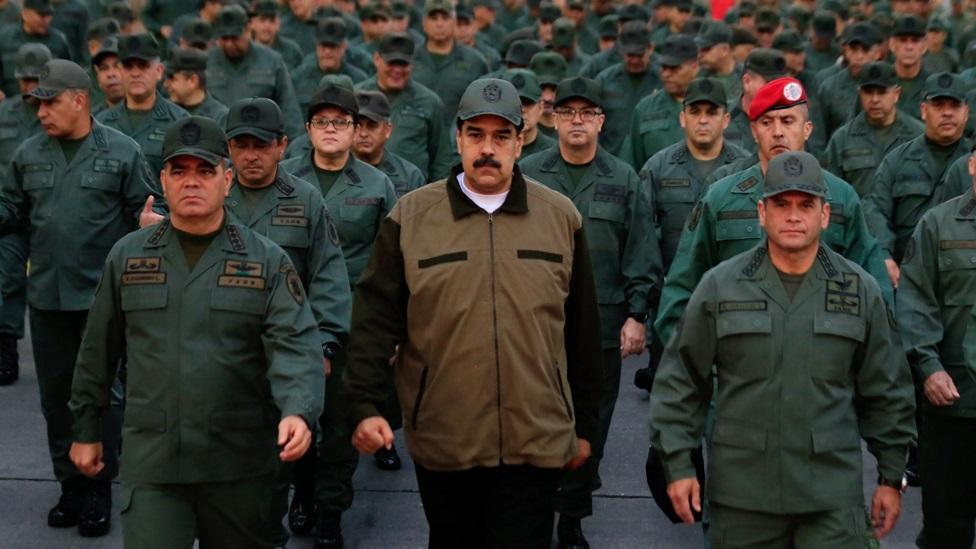 Maduro y militares en una base militar de Caracas.