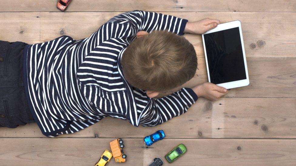 niño usando tableta