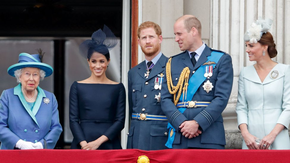 Reina Isabel II, Meghan, la Duquesa de Sussex; Harry, duque de Sussex; príncipe William, duque de Cambridge; y Catherine, duquesa de Cambridge en el centenario de la Real Fuerza Aérea británica, desde el balcón del Palacio de Buckingham.