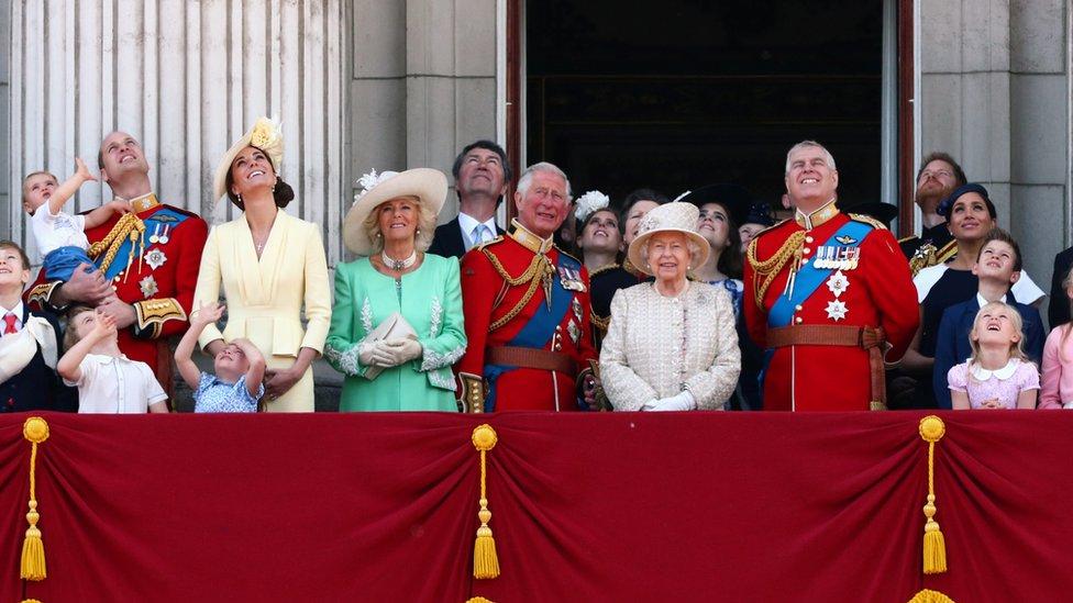 Kraljica sa članovima porodice na balkonu Bakingemske palate