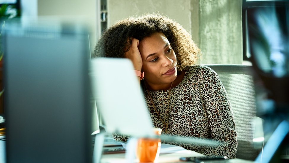 Mulher com expressão de cansaço
