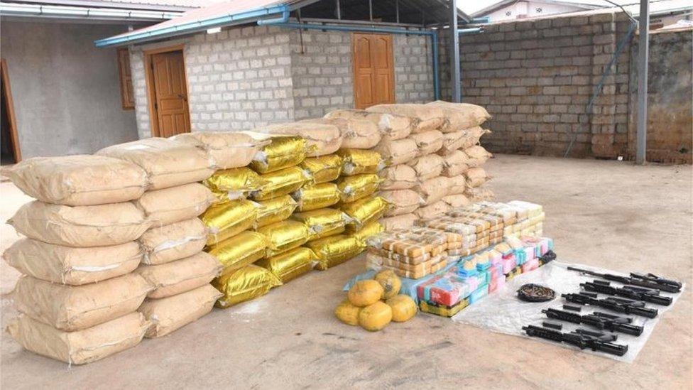 Oružje, munucije i torbe pune kristal metamfetamina
