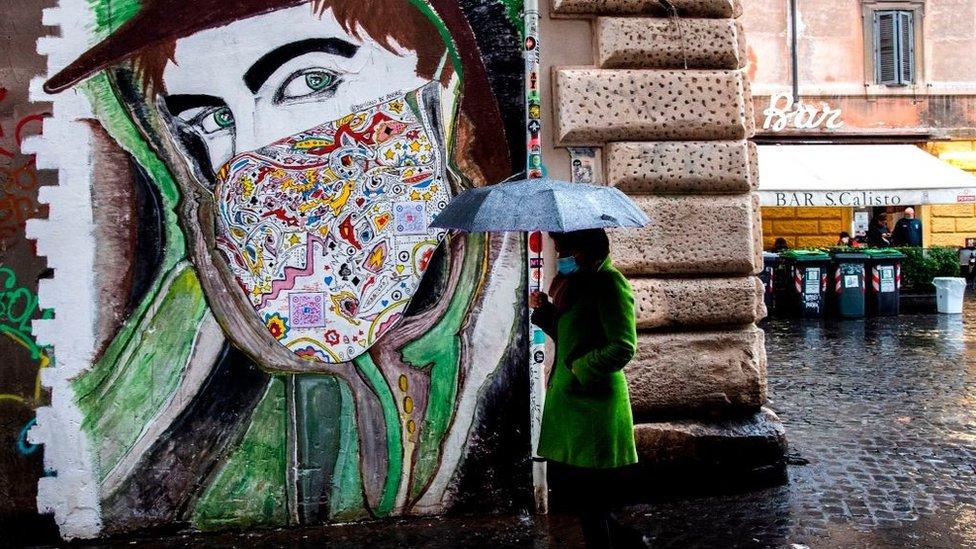Коронавирус в мире: итальянцев запрут дома на Рождество, Байден введет маски повсеместно
