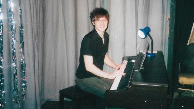 Nathaniel Hall tocando el piano