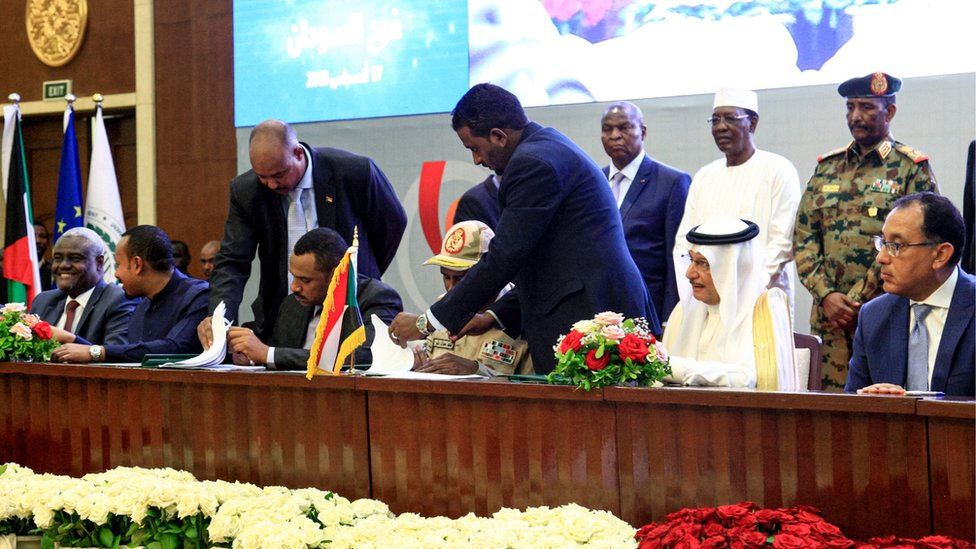 جاء الاتفاق بعد مفاوضات مضنية بين ممثلي المعارضة والمجلس العسكري برعاية الاتحاد الأفريقي