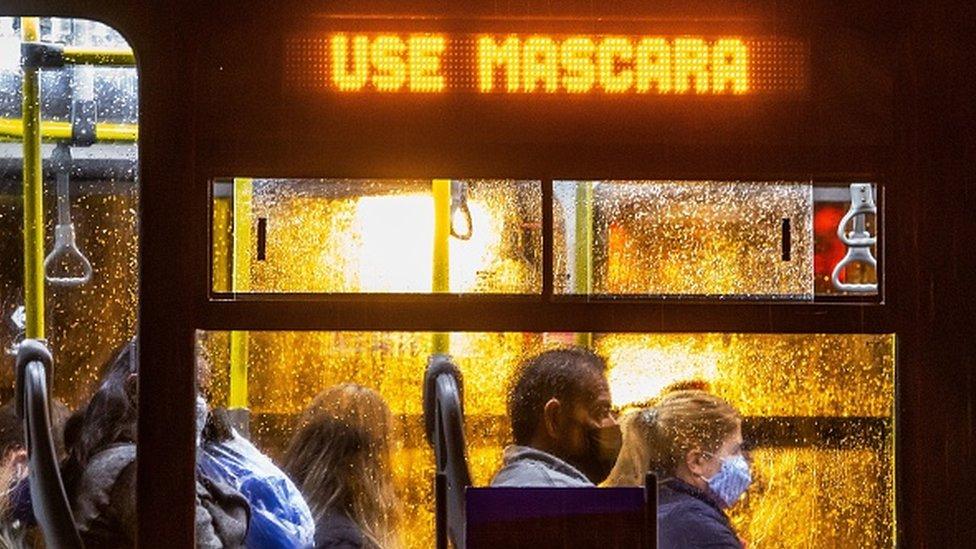 """Foto de um ônibus com os dizeres """"Use Máscara"""""""