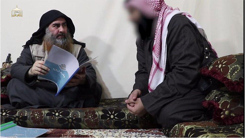 Bağdadi, IŞİD kollarının raporlarını incelerken elinde