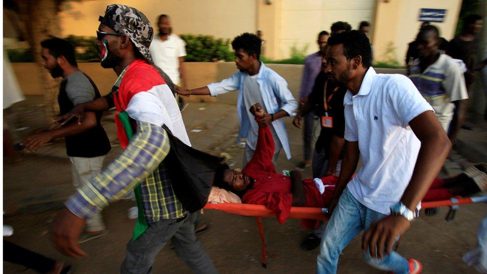 نقل مدني مصاب أثناء تظاهرة في السودان في مايو/أيار