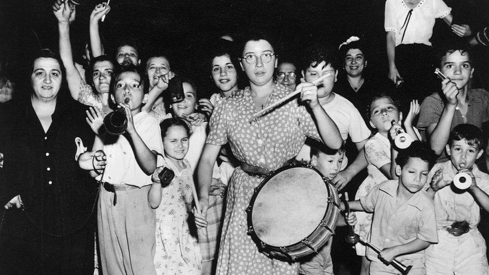1945年9月6日,美國紐約的意大利城,人們慶祝日本投降。