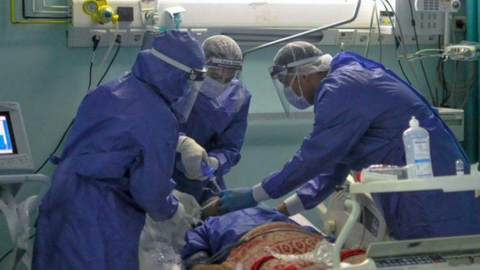 طاقم طبي في مستشفى