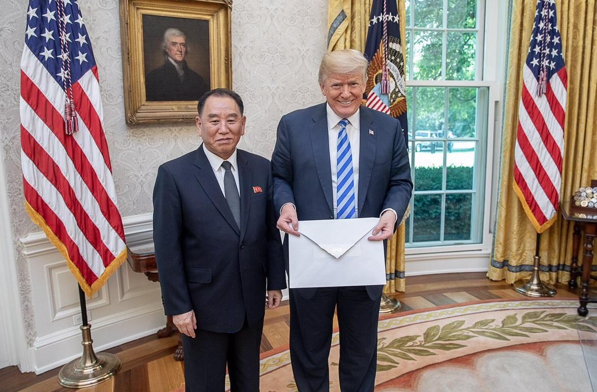 الرئيس الأمريكي دونالد ترامب مع كيم يونغ-تشول في البيت الأبيض عام 2018