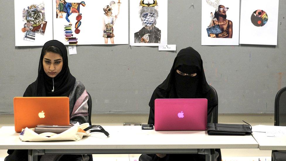 فتيات في جامعة بحرينية
