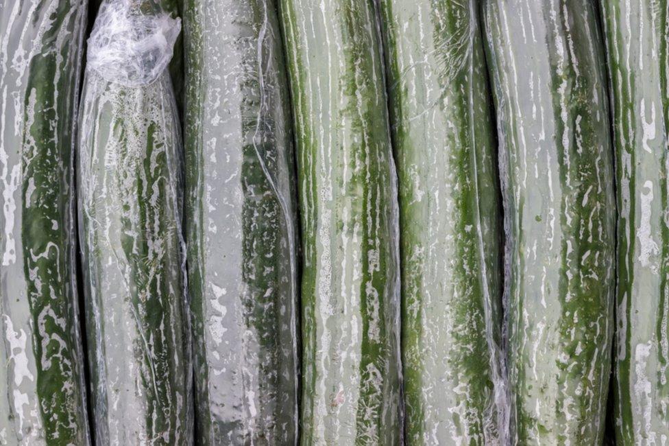 Pepinps envueltos en film plástico