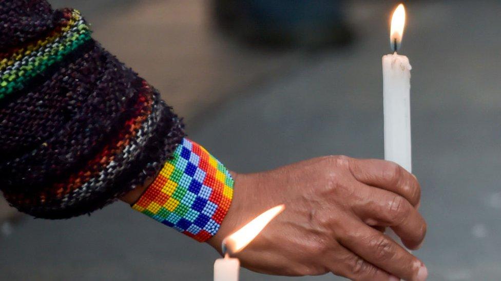 Persona en Colombia con una vela