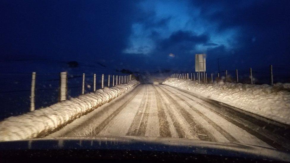 Ffordd rhwng Llanbrynmair a Llanidloes