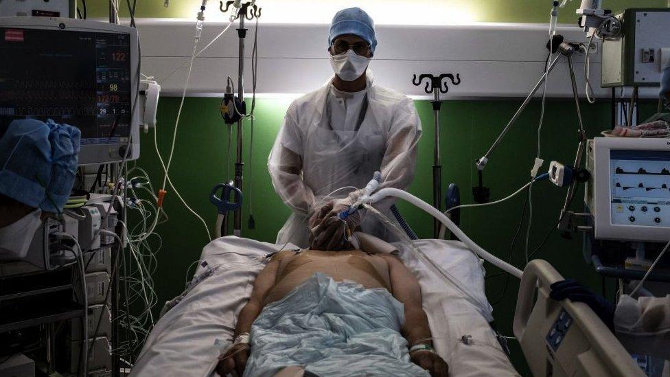 Un médico atiende a un paciente infectado por covid-19 en la unidad de cuidados intensivos del hospital Lyon-Sud en Pierre-Benite, el 8 de septiembre de 2021