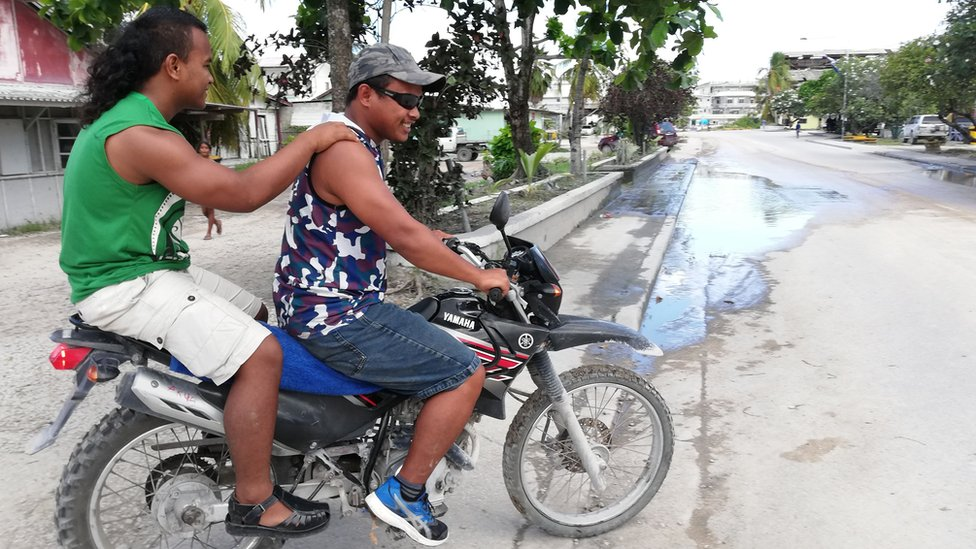 Dos hombres en una motocicleta en Nauru, en septiembre de 2018.