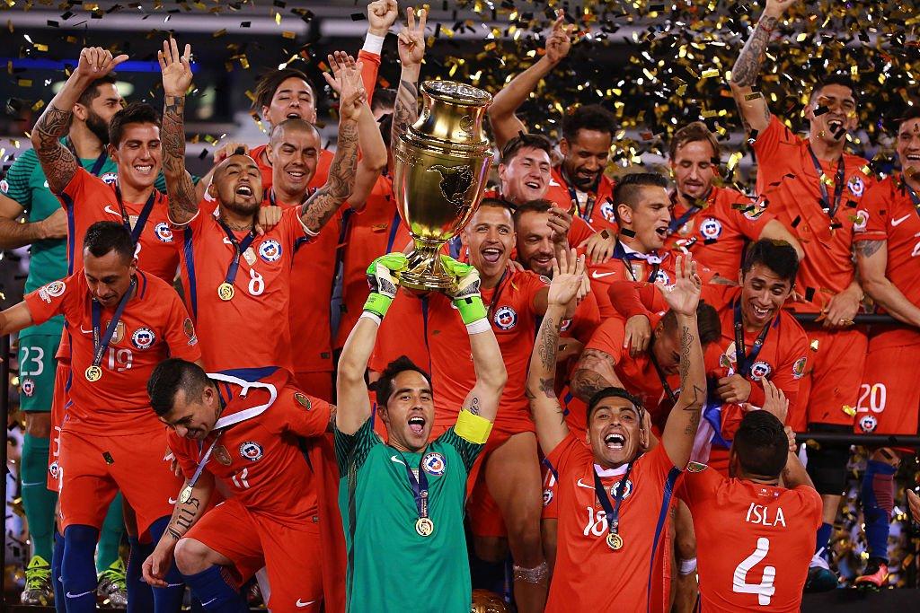 Los jugadores chilenos levantan la Copa América Centenario en 2016.