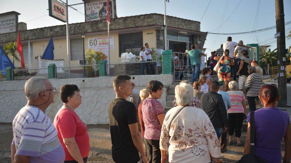 Electores aguardan para votar en un colegio electoral de Santa Clara.