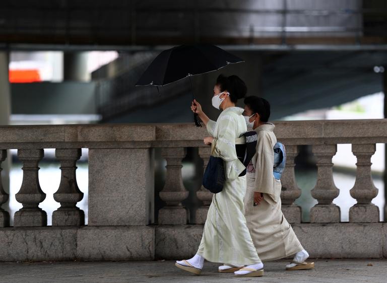 Mujeres con quimono caminando por Tokio.