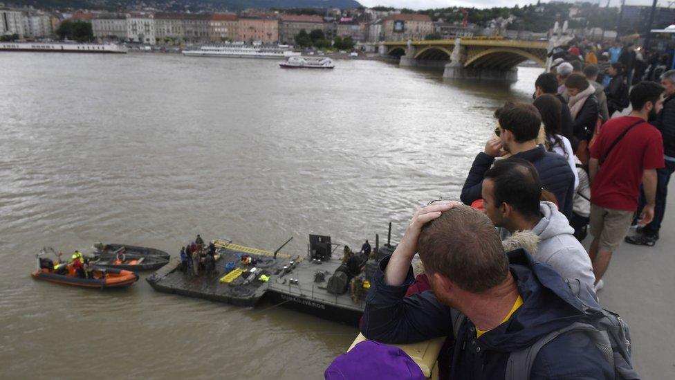 Ljudi na Margaret mostu posmatraju rad rečne policije