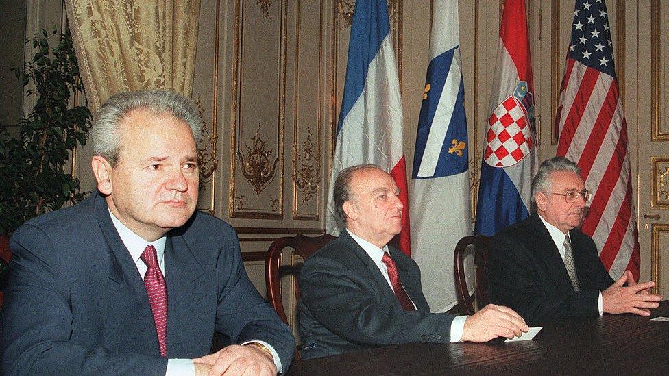 Milosevic, Izetbegović y Tudman en París, tras firmar los acuerdos de Dayton en 1995.