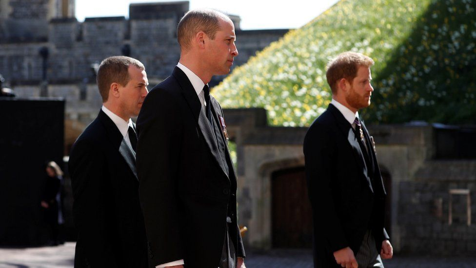 سار الأمير وليام والأمير هاري على جانبي ابن عمهما بيتر فيليبس