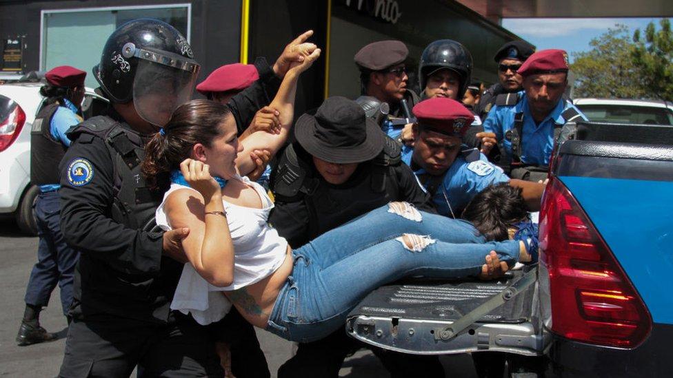 La policía arresta a una manifestante en Nicaragua.