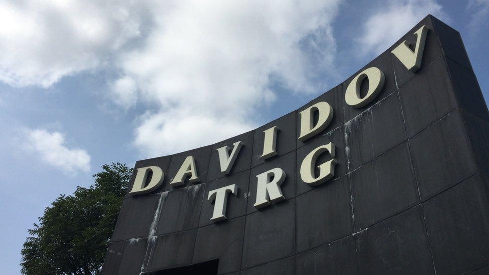 """Natpis """"Davidov trg"""" na centralnom trgu u Banjaluci"""