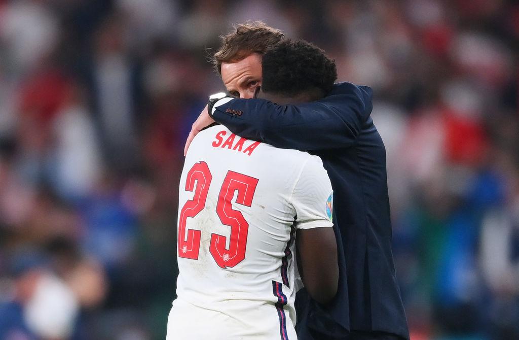 Gareth Southgate consolado a Saka