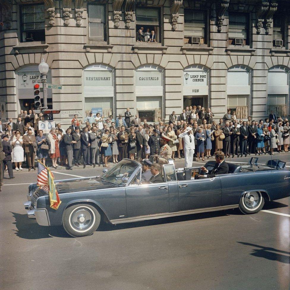 Haile Selassie melewati jalan-jalan ibu kota AS