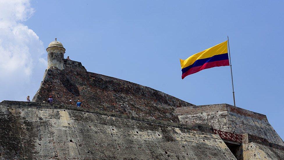 Muralla con bandera de Colombia