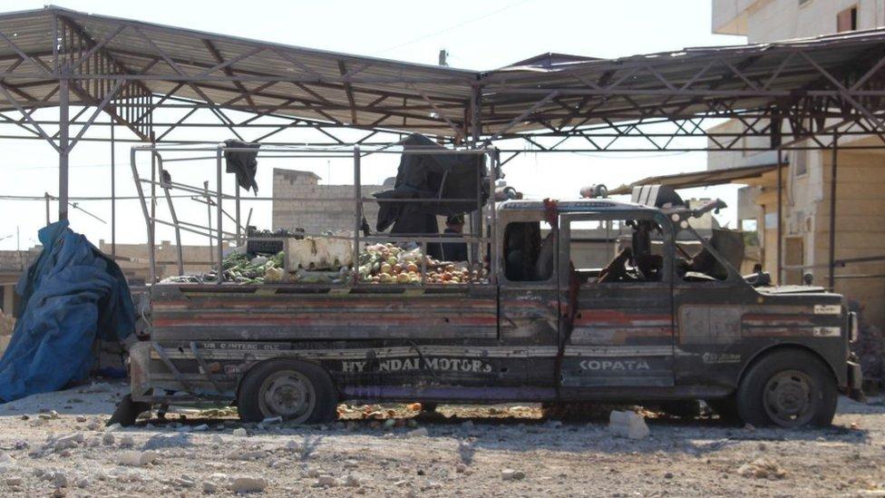 Los bombardeos rusos sobre Idlib afectan a instalaciones civiles como este mercado en el distrito de Saraqib.