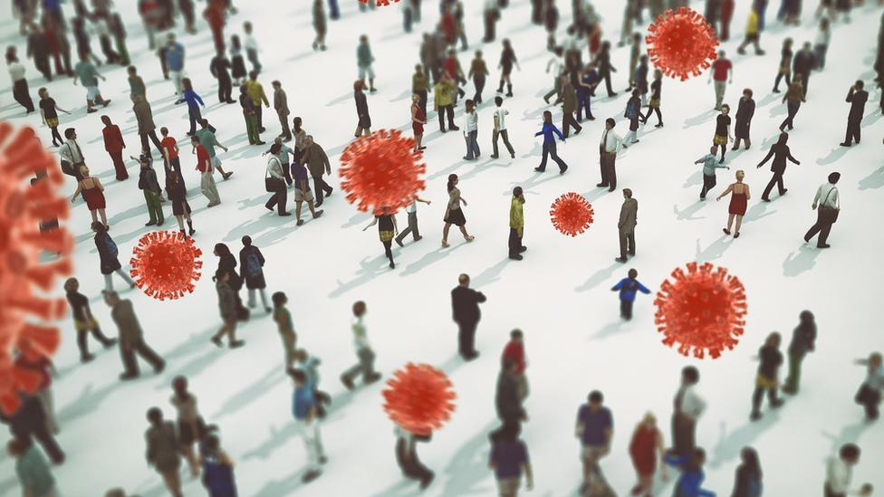 Ilustração mostra dezenas de pessoas caminhando em terreno aberto, com ícones representando o coronavírus sobre elas
