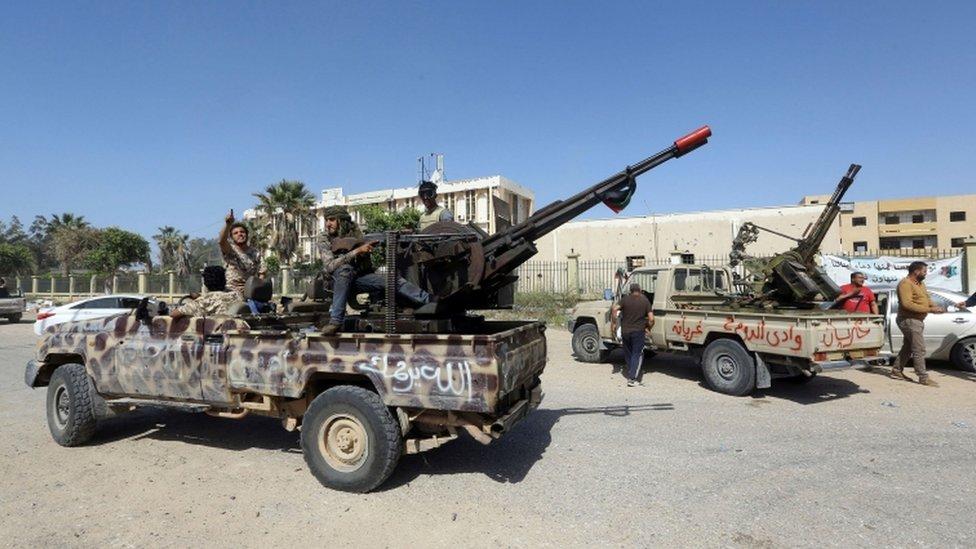 Hükümete bağlı güçler Trablus'u savunuyor