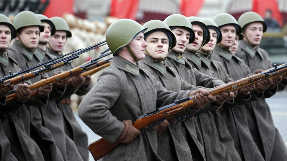 Troops in Soviet-era military uniform in Moscow, 7 Nov 17