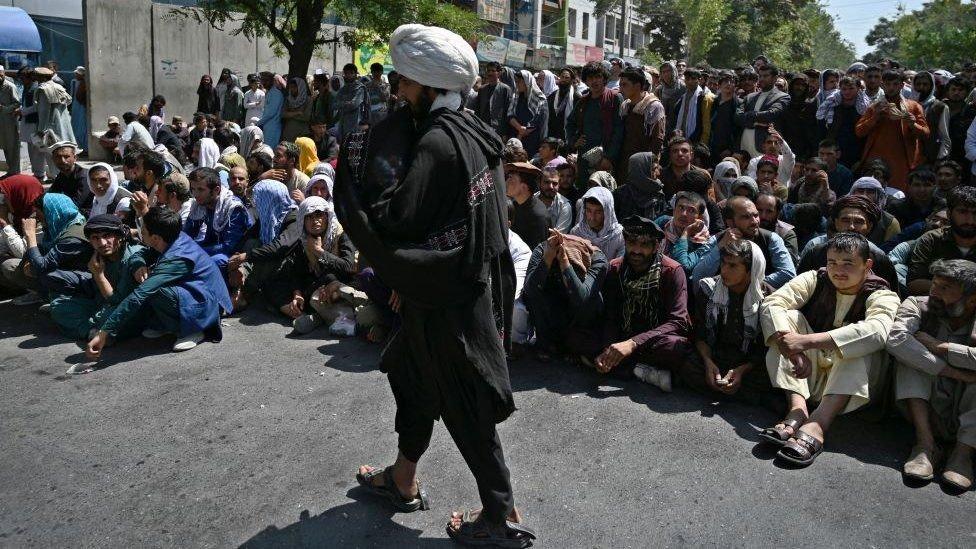 Kabil'de bir banka önünde bekleyen insanlar