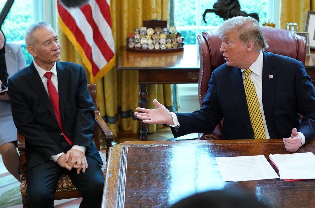 劉鶴在白宮橢圓形辦公室的座位變化——以往兩次接見劉鶴,特朗普都把他安排在自己對面,此次則不同以往地安排坐在自己的右手邊,並排而坐