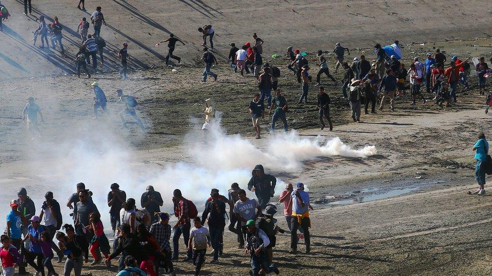 اتخدم حرس الحدود الأمريكي الغاز المسيل للدموع