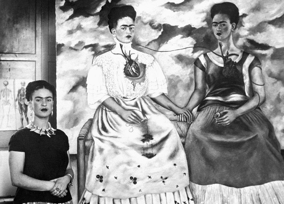 """Kahlo con su obra maestra """"Las dos Fridas""""."""