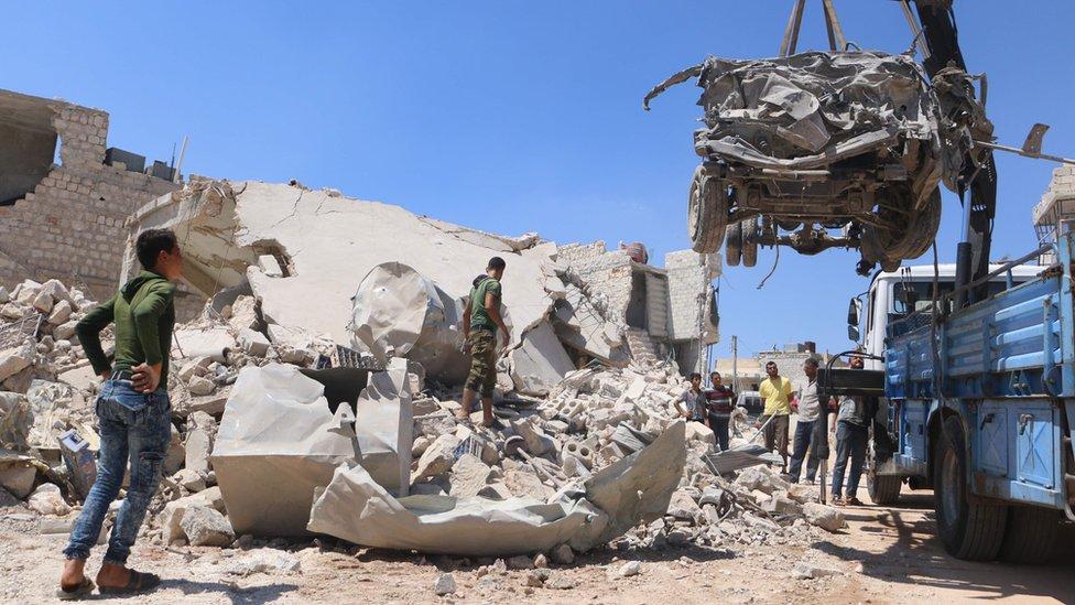 Halep'in kuzeyinde Urum el Kubra'da bombardıman sonrası enkaz temizleniyor.