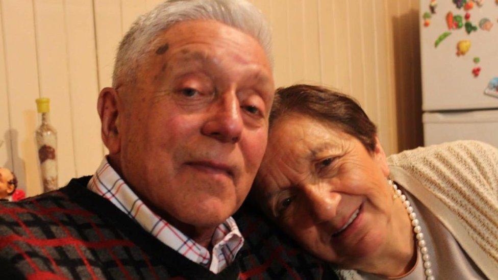 lejandro Muñoz Paredes junto a su esposa.